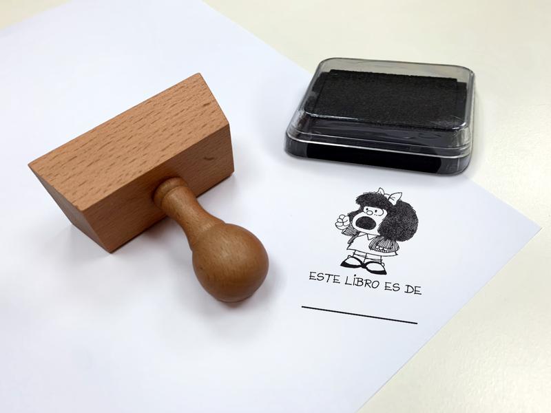 Sello exlibris con mango. Mafalda: Este libro es de...: portada